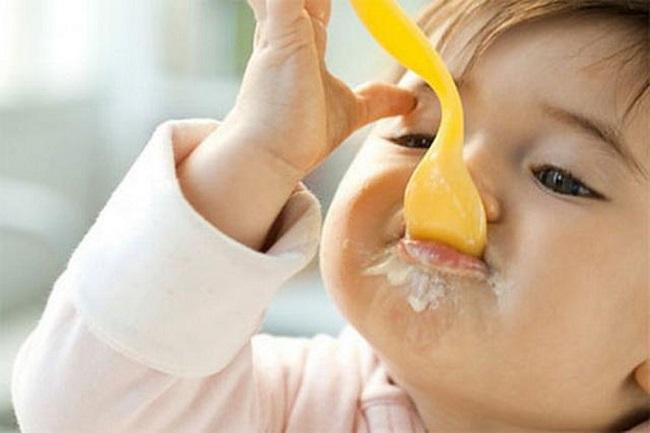 nên cho trẻ 6 tháng tuổi ăn váng sữa không?