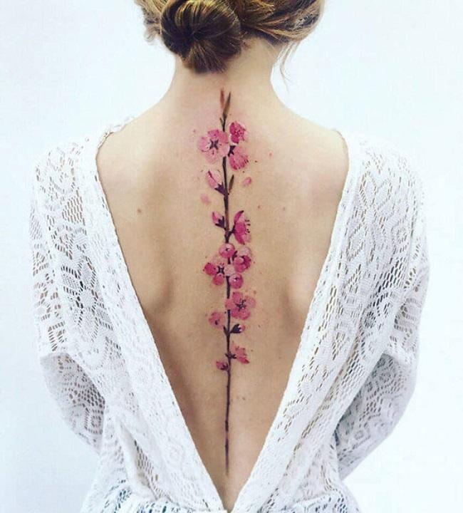 hình xăm hoa đào ở lưng cho nữ