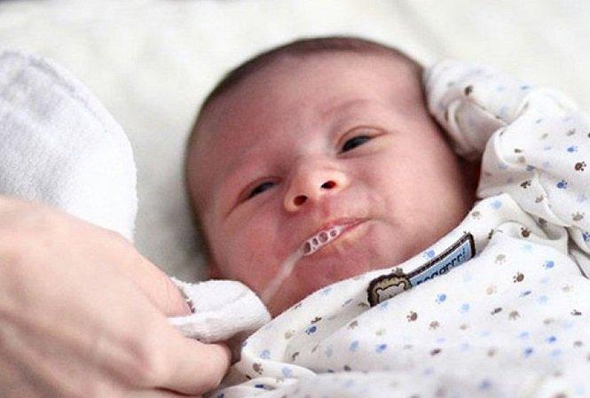 Trẻ sơ sinh hay bị sặc sữa lên mũi khi ngủ và trẻ sơ sinh bị sặc sữa có nguy hiểm không?