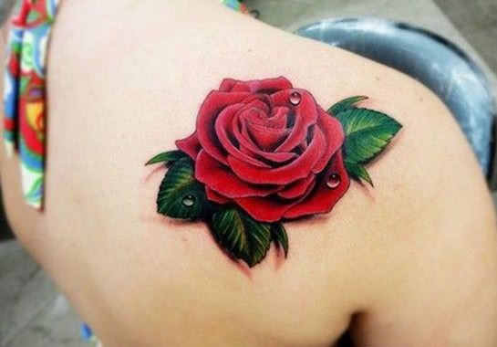 Ý tưởng hình xăm bông hoa hồng màu đỏ ở vai cho nữ