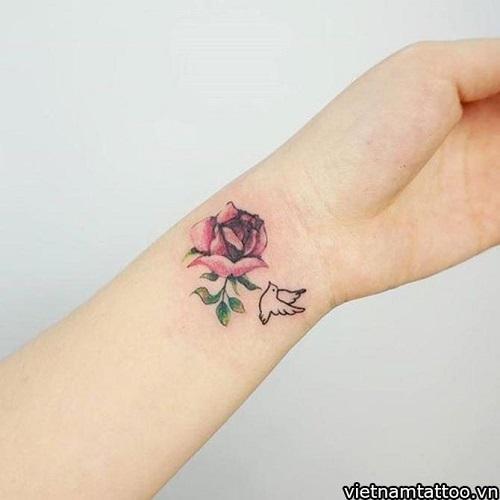 hình xăm hoa hồng ở cổ tay cho nữ