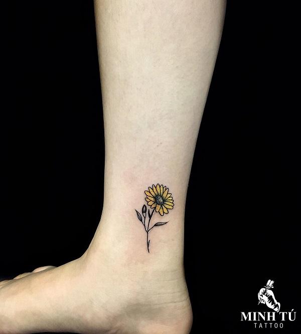 tattoo hoa hướng dương mini ở chân cực quyến rũ
