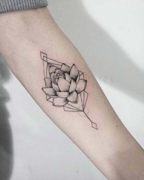 hình xăm hoa sen ở cánh tay nam giới mini