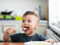 [Giải đáp] Bé 1 tuổi ăn cơm được chưa & Những thực phẩm phù hợp cho bé 1 tháng tuổi